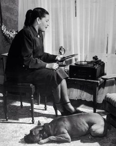 Billie Holiday, su pitbull Mister y su tocadiscos, 1945