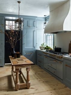 20 Elegant Interiors to Get Inspired By - Airows Kitchen Interior, New Kitchen, Kitchen Design, Kitchen Decor, Spanish Kitchen, Green Kitchen, Kitchen Ideas, Industrial Chic, Layout Design