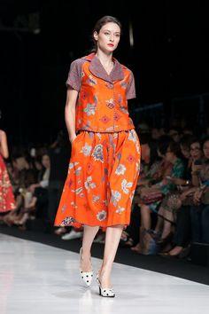 Jakarta Fashion Week 2014 – Edward Hutabarat – The Actual Style Batik Fashion, Ethnic Fashion, Women's Fashion, Fashion Weeks, Hijab Fashion, Batik Kebaya, Batik Dress, Blouse Batik Modern, Jakarta Fashion Week
