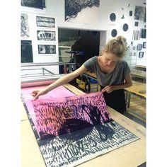 printing pink budkalito Powerful Women, Printmaking, Beach Mat, Outdoor Blanket, My Arts, Prints, Printing, Graphics, Carving