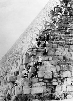 (GERMANY OUT) Egypt Gizeh Gizeh: Climbing the Pyramid of Cheops - undated- Photographer: Walter Gircke- Vintage property of ullstein bild (Photo by Gircke/ullstein bild via Getty Images) via @AOL_Lifestyle Read more: https://www.aol.com/article/news/2017/02/14/early-tourists-clambered-to-the-top-of-egypts-pyramids-in-fancy/21713136/?a_dgi=aolshare_pinterest#fullscreen