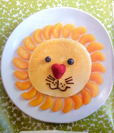 Kids Meals 50 Kids Food Art Lunches - Lion Pancake - These snack ideas are ADORABLE! Some people are so clever! I never would have thought of all of these amazing food art ideas, but they really are creative! Food Art For Kids, Cooking With Kids, Children Food, Kids Food Crafts, Easy Food Art, Fruit Art Kids, Fruits For Kids, Art Children, Cooking Light