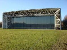Dit is de sainsbury centre for visual arts. Het is een universiteit in East Anglia, Norwich. Hij is ontworpen door Norman Foster.