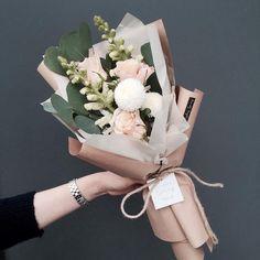 24 New Ideas Flowers Spring Bouquet Bloemen How To Wrap Flowers, My Flower, Beautiful Flowers, Beautiful Bouquets, Bouquet Wrap, Hand Bouquet, Blush Bouquet, Flower Packaging, Arte Floral