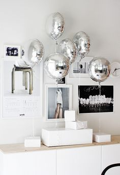 silver balloons + white paper packages Party decor +++ Globos metalicos plateados combinan co paquetes blancos de regalos