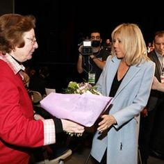EXCLUSIVE Brigitte Macron meets her husband's supporters in Talence (328838)