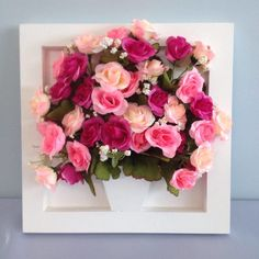 Arranjo bouquet de mini rosas artificiais, rosa pink, rosa clara e rosa.  Quadro em MDF pintado de branco.