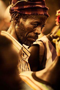 Etiopía   Diego Arroyo es un talentoso director de arte y fotógrafo apasionado español, con sede en la ciudad de Nueva York. Él Viaja por el mundo en busca de lo sutil: una sonrisa, un guiño de complicidad, esa mirada especial que revela nuestra esencia verdadera e íntima.