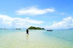 Wading across the sea in Diep Son Island | Travel | ThanhNien News