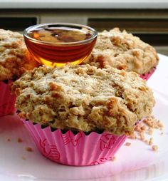 Vous aimez les biscuits feuilles d'érable ? Cette recette de muffins est pour vous. Tellement que j'avais le goût de les couper en deux e... Moussaka, Scones, Sandwiches, Cupcakes, Menu, Lunch, Sugar, Baking, Fruit