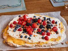 Per Morbergs Pavlovatårta med lemoncurd Pavlova, Pop Tarts, Grandma Cookies, Cake Recipes, Dessert Recipes, Swedish Recipes, Sweet Pastries, Dessert For Dinner, Food Inspiration