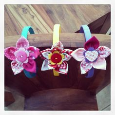Flower HairBands Ribbon Crafts, Hair Band, Project Ideas, Knits, Hair Clips, Headbands, Projects To Try, Hair Accessories, Women's Fashion