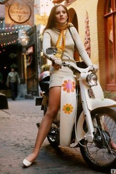 Vespa - Flower Power Girl on a scooter 70s Mode, Retro Mode, Vintage Mode, Scooter Girl, Vespa Girl, Retro Scooter, Fashion Mode, 1960s Fashion, Vintage Fashion