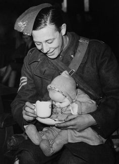 Soldier and his child in London, March 1940 (Photo by Keystone-France/Gamma-Keystone via Getty Images)