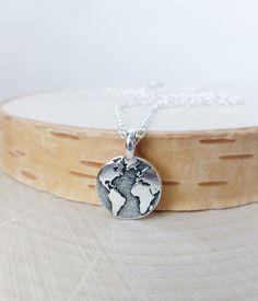 He encontrado este interesante anuncio de Etsy en https://www.etsy.com/es/listing/233936153/earth-charm-necklace-stamped-tiny-charm
