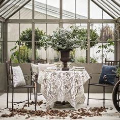 Vacker dukning med floral beige från Chamois. Longcoast Living är återförsäljare. Beautiful autumn or summer table setting an greenhouse.