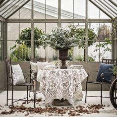 Vacker dukning med floral beige från Chamois. Longcoast Living är återförsäljare. Beautiful autumn or summer table setting an greenhouse.