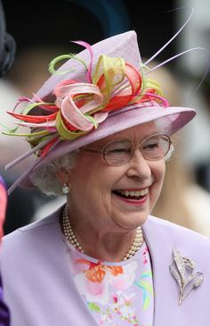 Posted on August 2013 by HatQueen.Queen Elizabeth enjoying Ascot on June 2009 in beribboned mauve diagonal crown hat. Posted on August 2013 by HatQueen.Queen Elizabeth enjoying Ascot on June 2009 in beribboned mauve diagonal crown hat. God Save The Queen, Hm The Queen, Her Majesty The Queen, Prinz Charles, Prinz William, Royal Ascot Hats, Queen Hat, Foto Real, Queen Elizabeth