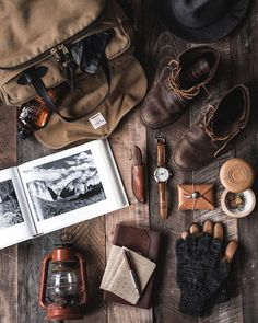 ideas for vintage mens fashion casual Rugged Style, Estilo Cafe Racer, Mein Portfolio, Style Hipster, Old Suitcases, Flat Lay Photography, Camping Photography, Leather Pieces, Leather Bags