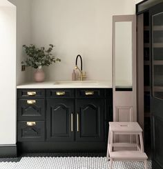 Black and pink kitchen with black and white floor tiles. Black skirting board and brass handles on the kitchen cabinetry. Homey Kitchen, Pink Kitchen Decor, White Kitchen Wallpaper, Brass Kitchen Handles, Antique Booth Ideas, Monday Inspiration, Interior Inspiration, Mad About The House, Pink Tiles
