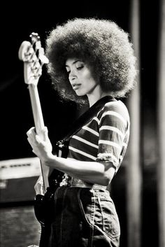 Esperanza Spalding--- is a jazz bassist, cellist and singer, who draws upon many genres in her own compositions.She has won 4 Grammy Awards, including the Grammy Award for Best New Artist at the Grammy Awards,making her the first jazz artist to win t Cool Jazz, Jazz Artists, Jazz Musicians, Music Artists, Esperanza Spalding, Music Icon, My Music, Black Is Beautiful, Beautiful People
