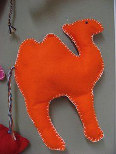 Kässä ja kuvis Adult Crafts, Fun Crafts, Arts And Crafts, Jesse Tree Ornaments, Felt Ornaments, Felt Christmas, Christmas Crafts, Camel Craft, Felt Stocking