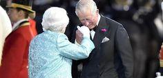 Stars und viele Pferde: Die Queen feiert in Windsor zu ihrem 90. Geburtstag mit einer tollen Pferdeshow ! | Auf dem Bild: Prinz Charles begrüßt seine Mutter mit einem Handkuss.