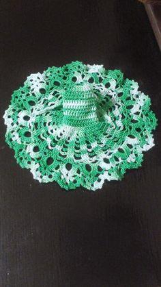 Olá amigas, sejam bem vindas!  Aqui quero compartilhar convosco os meus trabalhos, fazer amigos e trocar ideias.  Sempre adorei trabalhos manuais, desde o ponto cruz, arraiolos e tricot, mas neste momento ando fascinada em fazer roupinhas de crochet para as barbies.  Algumas das ideias fui tirando da internet e depois foi só juntar cores e estilos.