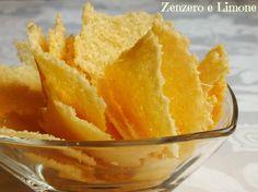 Queste cialde di grana sono preparate con formaggio grattugiato e fiocchi di patate. Perfette come contenitore o spezzettate e servite con l'aperitivo.