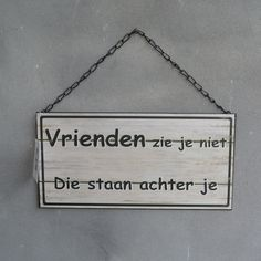 Dit klopt helemaal 'Vrienden zie je niet, die staan achter je'. Words Of Wisdom Quotes, Love Life Quotes, Me Quotes, One Liner, I Deserve, Super Quotes, So True, No Time For Me, Slogan