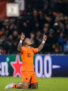 Memphis Depay of Holland, celebrate the victory after game during the UEFA Nations league match between Holland v France at the Feyenoord Stadium on November 2018 in Rotterdam Netherlands Erstklassige Nachrichtenbilder in hoher Auflösung bei Getty Images Depay Memphis, Football Celebrations, Holland, Nz All Blacks, English Football League, After Game, Champions Of The World, Best Football Players, Neymar Jr