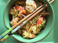 Lavate il cipollotto, eliminate la parte verde e tagliate finemente la parte bianca. Lavate la carota e le zucchine e con un pela patate ricavate delle striscioline sottili. Pelate un pezzetto di curcuma e di zenzero e tritate grossolanamente. Pulite le code di gamberi eliminando il filino nero sul dorso. In un wok scaldate poco olio di... Wok, Meat, Chicken, Oriental, Cubs