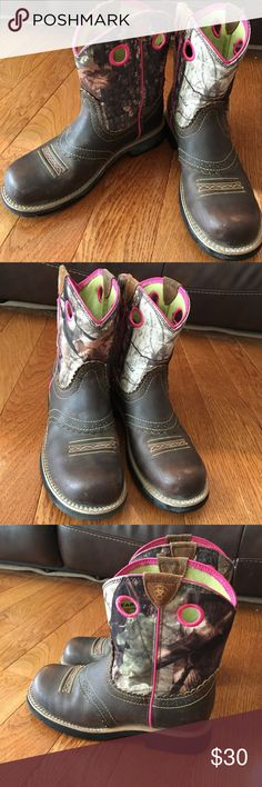 Girls Ariat Cowboy Boots Size 4 Girls. I think they run a little big. They are in good shape. Ariat Shoes Boots