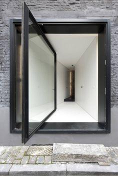 An Alternative to the Sliding Door: 12 Pivot Doors Leading to Patios in interior design architecture Category Diy Interior, Interior Architecture, Interior And Exterior, Interior Doors, Installation Architecture, Building Architecture, Porte Design, Door Design, Entrance Design