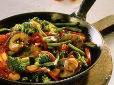 Probieren Sie die leckere Gemüsepfanne mit Brokkoli und Auberginen von EAT SMARTER oder eines unserer anderen gesunden Rezepte