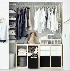 In een open kast met kledingrekken hangt je kleding in het zicht, als een mini kledingwinkel, wie wordt daar nu niet blij van?