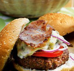 Overheerlijke hamburger van rundergehakt met spek, tomaten, rode ui, avocado en natuurlijk Hellmann's mayonaise. Vervang de bacon eens voor een schijfje ananas en maak een heerlijke Hawaïburger.