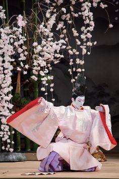 衝撃の前作から二年。市川海老蔵が歌舞伎とオペラと能という斬新な組み合わせで日本最古のラブストーリー「源氏物語」の世界を表現します。