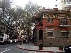 Casas construídas por los Arq. Bello y Reboratti en el Barrio Pocitos en Montevideo, para ser más exactos estas se encuentran sobre la calle Benito Blanco