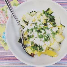 Marjolein Kookt ! Salade van groene en gele courgette met feta en een citroenvinaigrette . basilicum en munt . Makkelijk snel recept ; gluten vrij , gezond , vegetarisch en mager . Frisse , zomerse maaltijd . mei , juni , juli , augustus , september , fris , zomers , licht verteerbaar . Salad of green and yellow zucchini with feta and lemon vinaigrette . basil and mint . Easy quick recipe ; gluten free , healthy , vegetarian and skinny . Fresh summer spring meal .