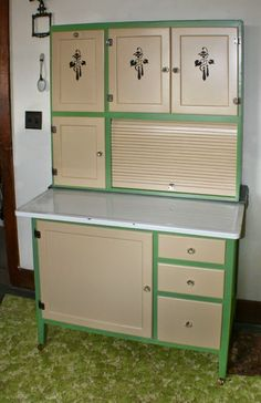 Things I love hoosier cabinets Vintage Kitchen Cabinets, Kitchen Cabinet Styles, Old Kitchen, 1940s Kitchen, Kitchen Dresser, Kitchen Pantry, Country Furniture, Kitchen Furniture, Vintage Furniture