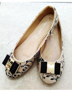 Μπαλαρίνα φτιαγμένη στο χέρι με ιδιαίτερο σχέδιο, σε μαύρο -μπεζ. Salvatore Ferragamo, Flats, Shoes, Fashion, Loafers & Slip Ons, Moda, Zapatos, Shoes Outlet, Fashion Styles