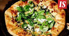 Italialainen mozzarellapiirakka on yhtä helppo tehdä kuin pizza, mutta astetta juhlavampi.