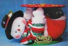 Muñeco de nieve panetonero echado Christmas Crafts, Christmas Decorations, Xmas, Christmas Ornaments, Holiday Decor, Snowman, Pastel, Homemade, Dolls