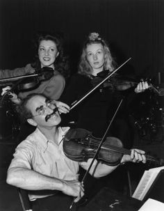 American actors Faye McKenzie, Veronica Lake, and comedian Groucho Marx pose playing the violin on the Hollywood Victory Caravan. Get premium, high resolution news photos at Getty Images Brothers Movie, Abbott And Costello, Groucho Marx, Veronica Lake, Laurel And Hardy, Old Hollywood, Classic Hollywood, Hollywood Glamour, Jerry Lewis