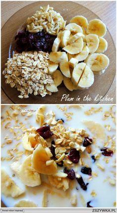 Owsianka bananowa od Ewy Chodakowskiej     SKŁADNIKI 4 łyżki płatków owsianych duży banan 350 ml mleka 1,5% 1 łyżka migdałów 1 łyżka żurawiny