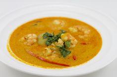 Zupa Tom Yum Kung to tajska klasyka. Pikantne i kwaśne smaki zmieszane są w tej zupie ze świeżymi ziołami, przyprawami oraz krewetkami.