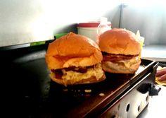 O crítico de gastronomia periférica Matheus Oliveira encontrou hambúrgueres a R$ 5 num trailer.