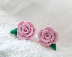 Luz rosa rosa pendientes, tacos rosa luz, bastante en color de rosa, muy Shabby Chic flor rosa pendientes, joyería de la arcilla de polímero artesanal