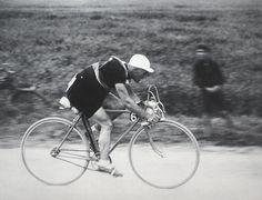 Tour de France 1935. 1^Tappa, 4 luglio. Parigi > Lille. Il giovane Romain Maes (1912-1983) conquista tappa e maglia gialla. Non lascerà più l'insegna del primato fino al traguardo di Parigi, dove sarà vincitore a sorpresa del suo primo e unico Tour de France